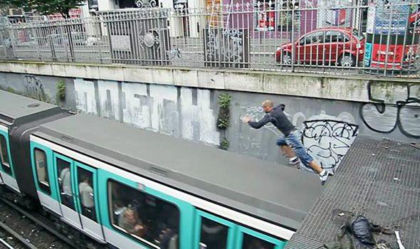VIDEO. Un uomo salta sul tetto della metro a Parigi