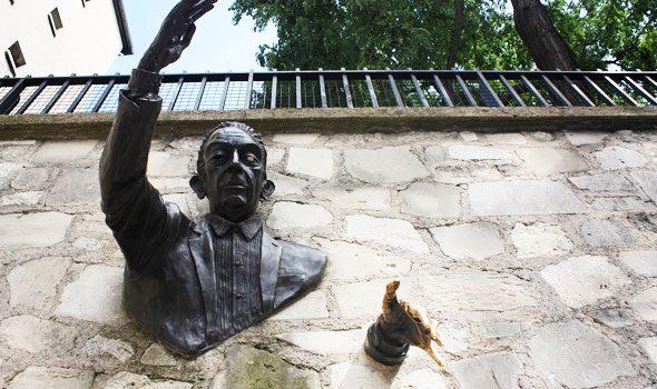 Le Passe-Muraille, la statua di un uomo che attraversa un muro a Parigi