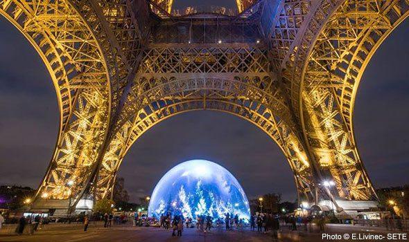 Una palla di neve sotto la Torre Eiffel