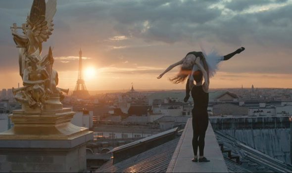 "VIDEO. ""Haut vol"", balletto sublime sui tetti di Parigi"