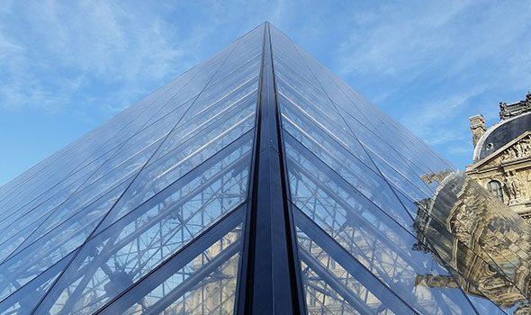 JR fa sparire la piramide del Louvre