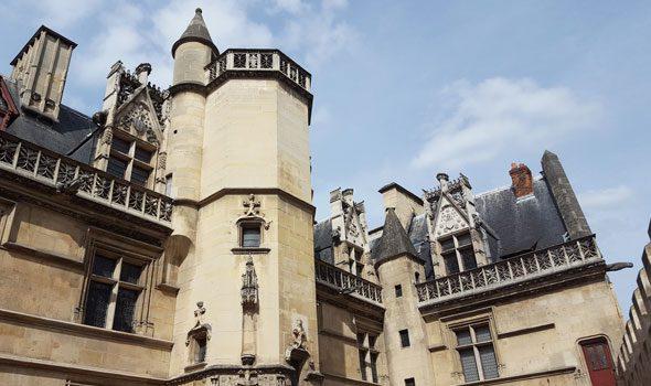 Il Museo del Medioevo di Parigi: un viaggio nel tempo tra armi, gioielli e arazzi antichi