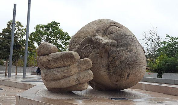 """L'Écoute, una scultura moderna in """"ascolto"""" a Parigi"""
