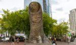 Il Pollice di César a Parigi, una curiosa scultura nel cuore de La Défense