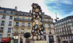 """""""L'Heure de tous"""", l'originale scultura di orologi davanti la gare Saint-Lazare di Parigi"""