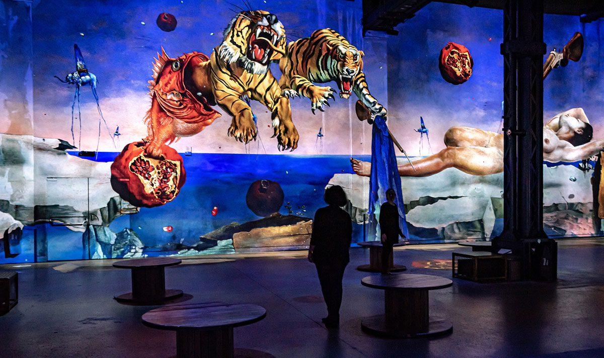 """""""Dalí, l'énigme sans fin"""": la mostra all'Atelier des Lumières di Parigi"""